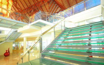 El Grupo Madeplax se encarga del diseño, desarrollo, fabricación e instalación de la escalera del hotel Royalton Punta Cana Resort